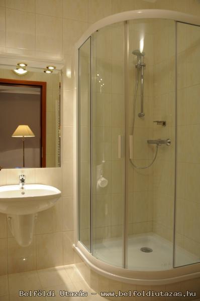 Két Korona Hotel-Superior Kétágyas szoba erkéllyel-Főépület-Fürdőszoba