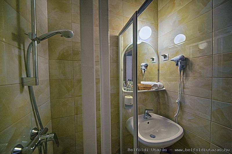 Két Korona Hotel-Standard Kétágyas szoba erkéllyel-Fürdőszoba