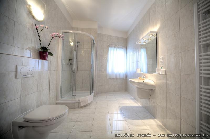 Két Korona Hotel-Superior Lakosztály erkéllyel-Főépület-Fürdőszoba