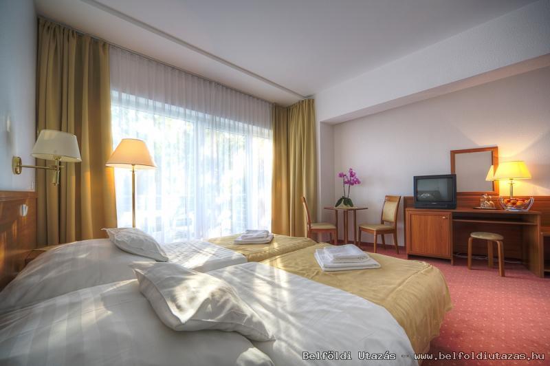 Két Korona Hotel-Superior Kétágyas szoba erkéllyel-Főépület