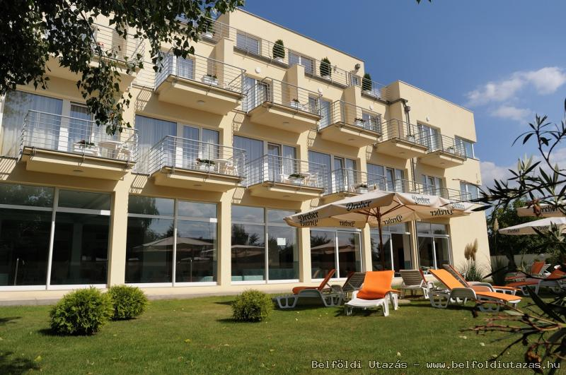 Két Korona Hotel-Napozó terasz