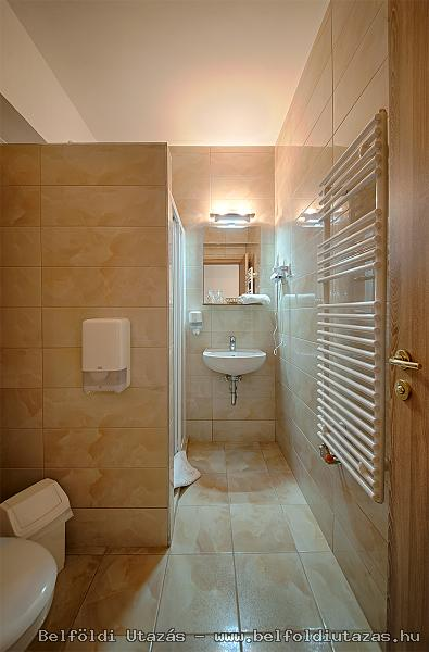 Két Korona Hotel-Superior Kétágyas szoba erkéllyel-Mediterrán szárny-Fürdőszoba